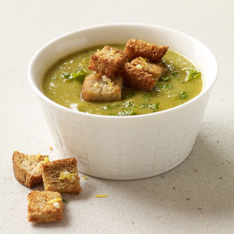 Photo of Creamy asparagus-leek soup with homemade croutons by WW